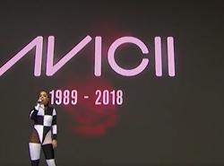 Rita Ora il tributo ad Avicii